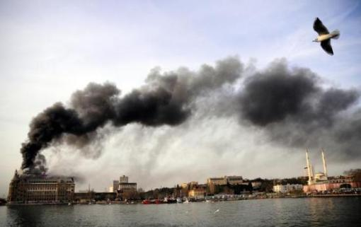Vista de la estación de Haydarpaşa en llamas