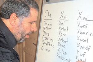 Un profesor dando clase de lengua kurda