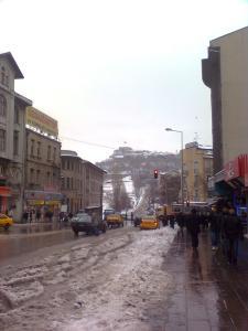 Vista de la calle Anafartalar, con la kale de fondo.
